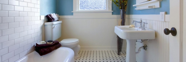 Pedestal sink, cast iron tub, wainscoting, black and white floor, blue wall paint